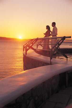Mykonos Grand Hotel & Resort: Sunset with Couple in honeymoon