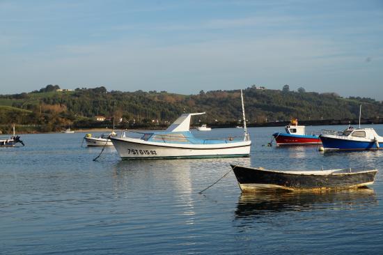 Marea Alta El Mismo Barco Aparece Varado En Marea Baja En Otra Foto Picture Of San Vicente De La Barquera Cantabria Tripadvisor