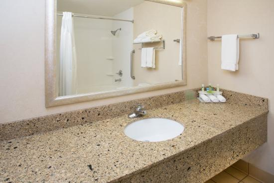 Abilene, Κάνσας: King Suite Bathroom with jetted tub