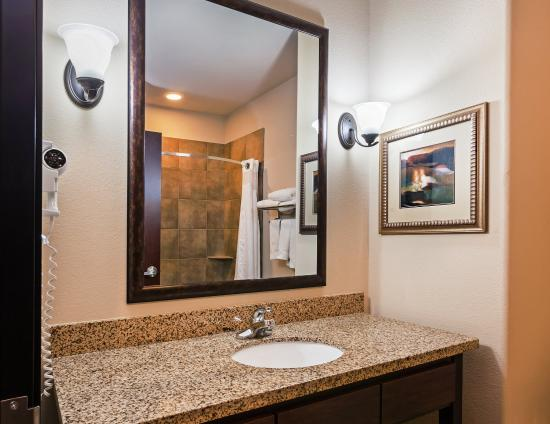 Brady, TX: Stylish Standard Guest Bathroom with granite counters