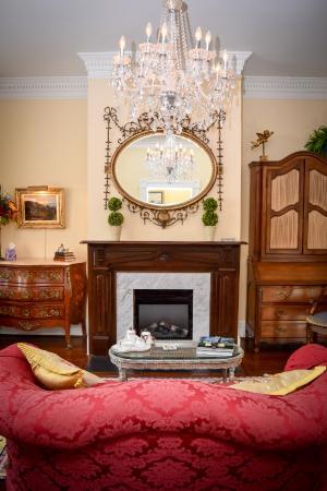 1890 Caroline House B&B : Parlor