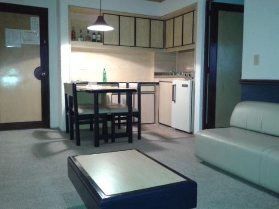 Hotel Suites Real 97: Cozinha e Sala