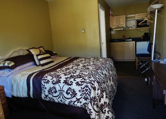 Park Motel: 1 Queen Bed: second floor with semi-kitchen; smaller