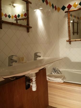 La Boissiere-Ecole, Франция: Salle de bains