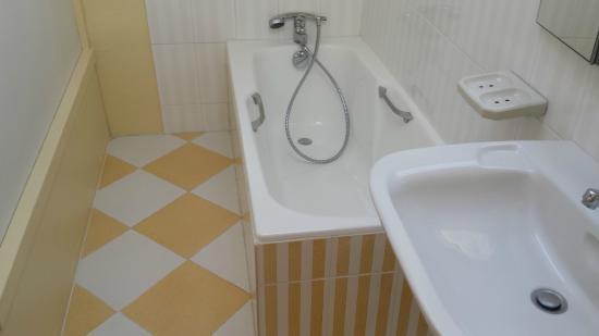 La Boissiere-Ecole, Франция: Salle de bains chambre standard