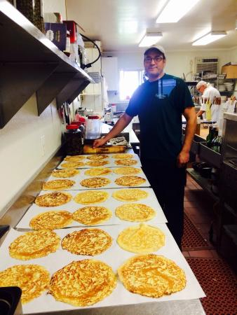 Sutton, Virginia Occidental: Chef Eli making Crepes for the Inn's famous Crepe Zabiglione