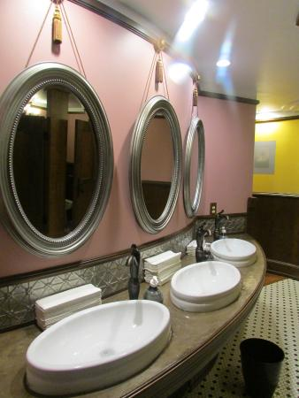 Fort Smith Museum of History : Ladies bathroom