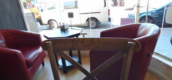 Bookshop Cafe Berry: Window seating