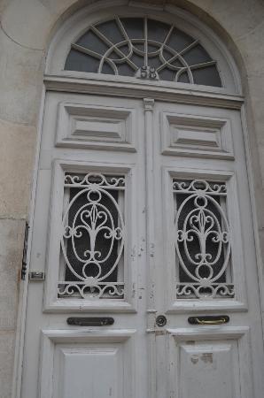 Whatever Art Bed & Breakfast: entry doors from street