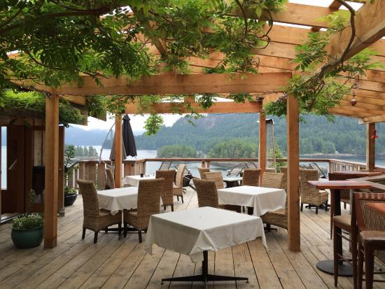 Egmont, Canada: outdoor dining area