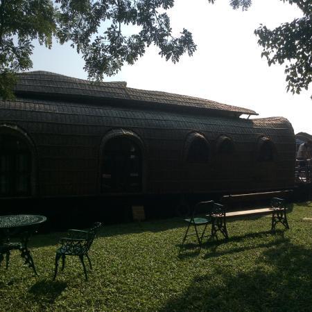 Punnamada Resort: House boat at hotel