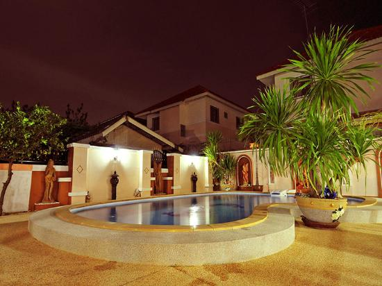 Mai Thai Guest House: swimming pool evening