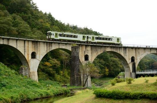 Megane Bridge: アーチ橋を行くディーゼルカー