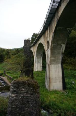 Megane Bridge: 左側に石積みの橋脚が見えます