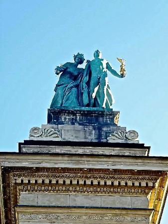 Budapest Plage: Symbol of Knowledge & Glory