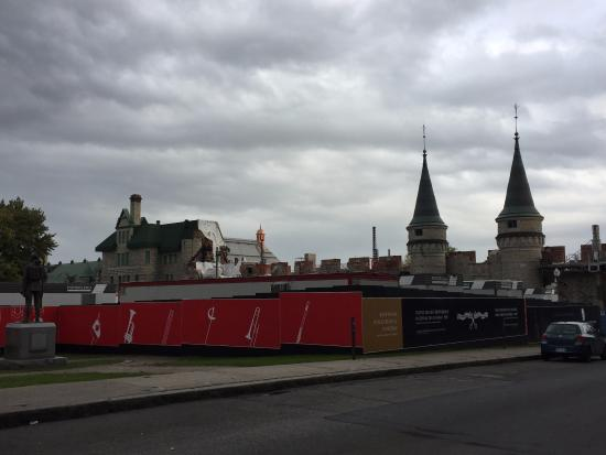 Arsenal sendo restaurado na Place George V