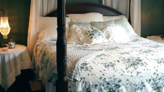 Filigree Inn: Brooke Suite-rich forest green