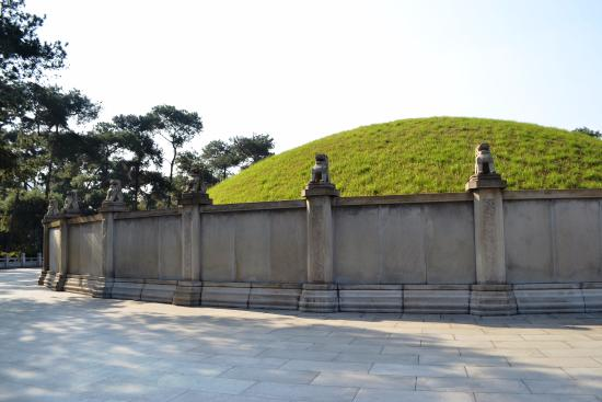 Guangzhou Uprising Martyrs Cemetery : The mound