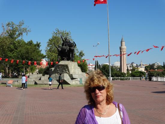 Ataturk Monument: Памятник.