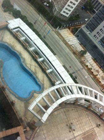 Ningbo World Hotel: 部屋から下を見る。