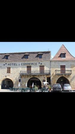 Villefranche-du-Perigord, Γαλλία: Cadre très agréable sur la place du village