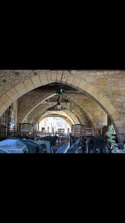 Villefranche-du-Perigord, Γαλλία: Restauration sous les arcades a l'abris du soleil