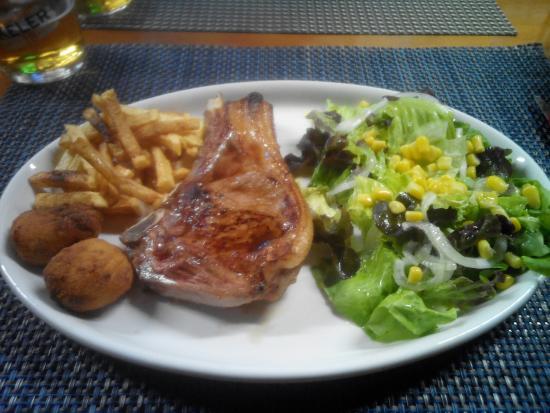 Esparza de Salazar, Hiszpania: Potro con guarnición de croquetas, patatas y ensalada