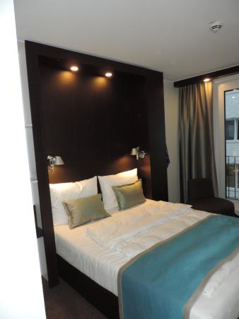 Bremen Motel One kamer met groot raam. - picture of motel one bremen, bremen