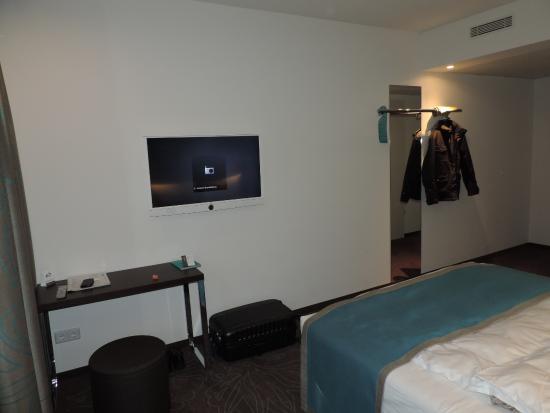 De kamer met tafel en tv - Bild von Motel One Bremen, Bremen ...