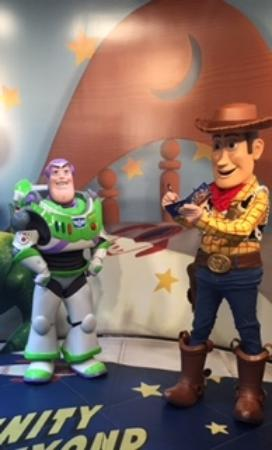 ‪Meet Buzz Lightyear & Woody‬