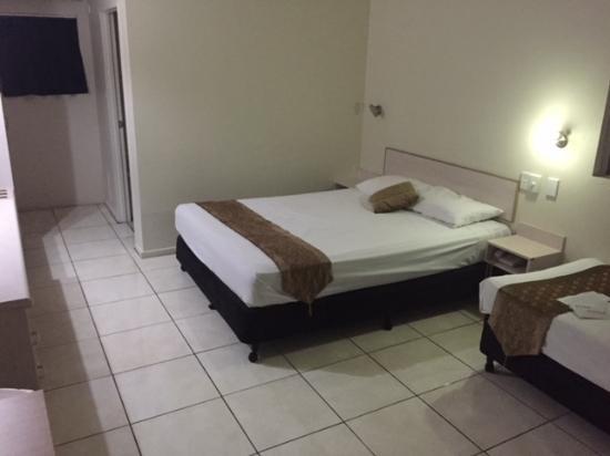 Rainbow Inn: Queen Sized bed. It was ok.