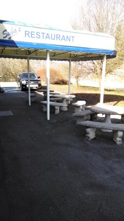 Mountain City, TN: Outside seating while you wait for your table (reservations always a good idea).