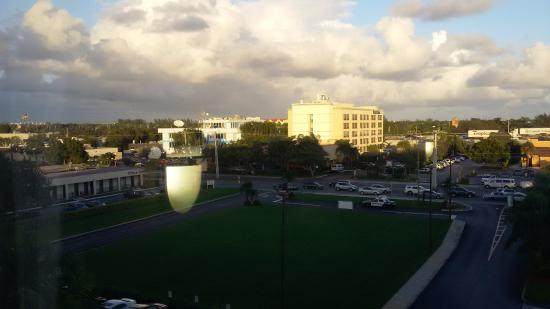 Holiday Inn Express and Suites Fort Lauderdale Executive Airport: VIEW FROM THE ROOM