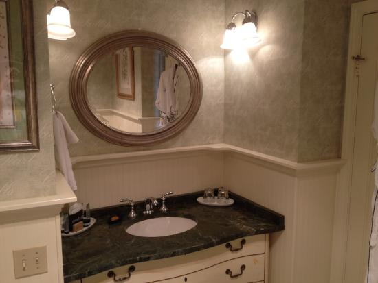 Ocean House Bed and Breakfast: Sea Rose Bathroom