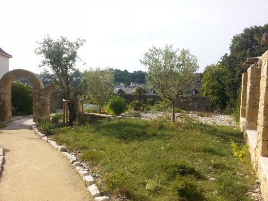 Au sol du jardin de la retraite picture of le jardin de for Jardin quimper