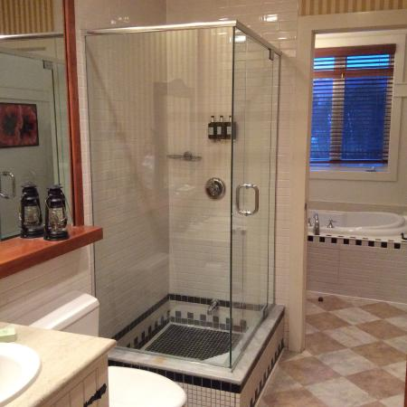 Club Intrawest - Tremblant: Ensuite bathroom with separate Jacuzzi