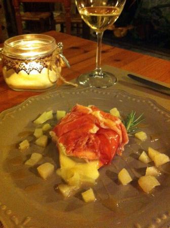 Traversetolo, إيطاليا: Fagottino di Prosciutto di Parma 30 mesi e Tomino farcito alle pere e miele su pane abbrustolito