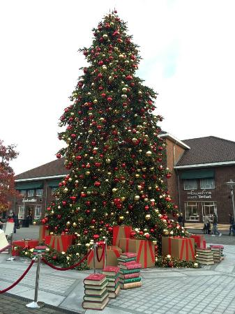 Designer Outlet Roermond: Kerstboom. Designer Outlet Roermond Photo. Christmas decorations