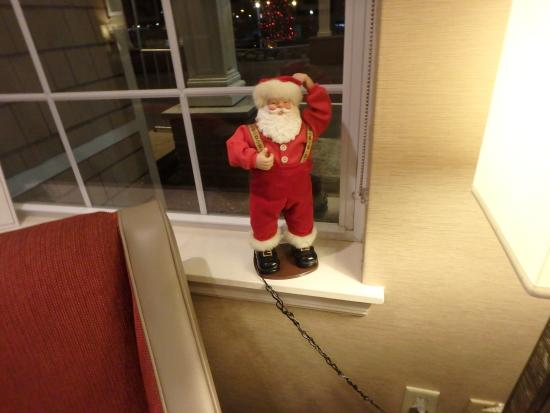 Comfort Inn and Suites Colonial: Santa in the lobby