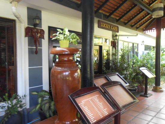 Lucky Angkor Hotel: Кафе на территории отеля
