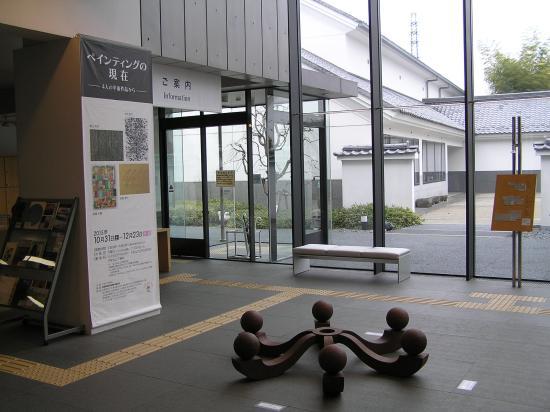 Kawagoe City Art Museum : 入り口んお床にも作品が