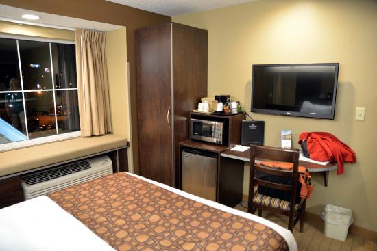 Microtel Inn & Suites by Wyndham Cambridge: Room.