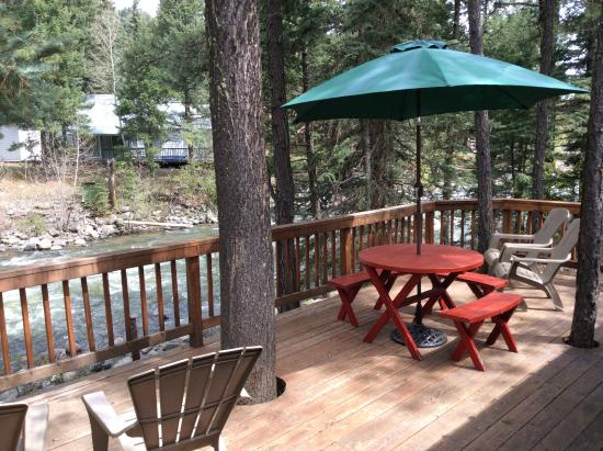 Bear Paw Lodge: Deck overlooking river