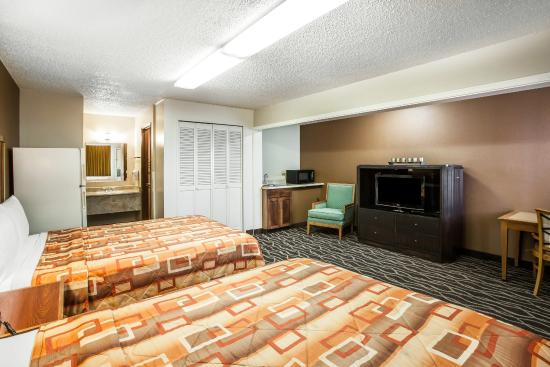 Econo Lodge: Large Suite with extra space and wet bar!