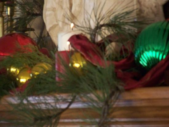 Elk Ridge Bed & Breakfast: Christmas mantle