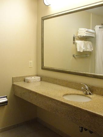 Country Inn & Suites By Carlson, New York City in Queens: bathroom