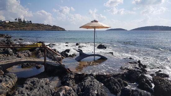 Minos Beach Art hotel: Пляжная платформа