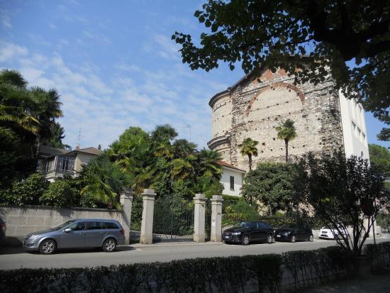 Angera, Italia: il santuario visto dal lungomare