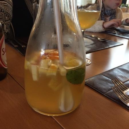 Maria Luisa Restaurante: Sangria de vino blanco