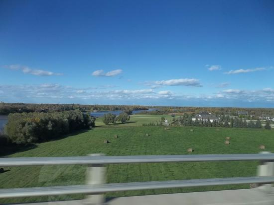 Selkirk, Canadá: View from bridge of area across river from Bridgeview B&B